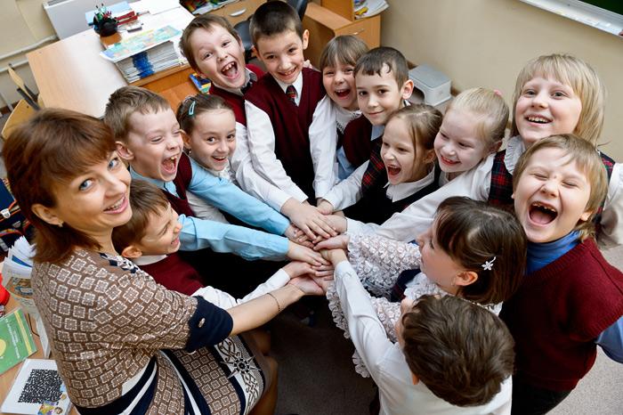 Дети и преподаватель